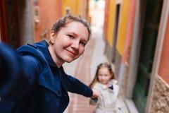 Familj i den Manarola byn i Cinque Terre royaltyfria bilder
