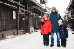 Familj i den Takayama staden fotografering för bildbyråer