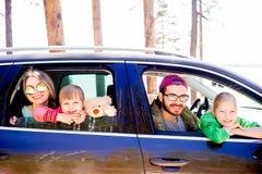 Familj i en bil fotografering för bildbyråer