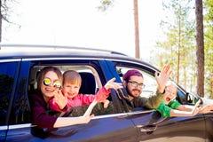 Familj i en bil arkivbild