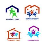 Familj i en logo för nytt hus Arkivfoton