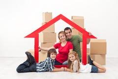 Familj i ett nytt hem- begrepp royaltyfria bilder