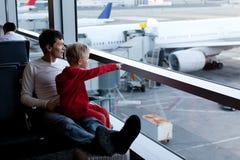 Familj i flygplats royaltyfri fotografi