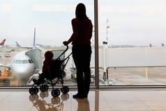 Familj i flygplatsen Royaltyfri Fotografi
