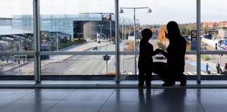 Familj i flygplatsen Royaltyfri Foto