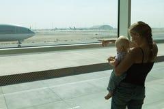 Familj i flygplatsen Arkivbild
