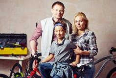 Familj i garage Fotografering för Bildbyråer