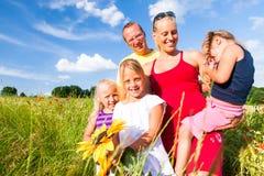 Familj i gräs i sommar Arkivbilder