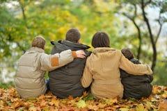 Familj i höstpark Arkivfoto