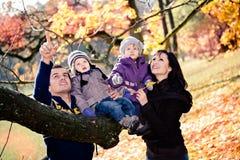 Familj i höstparken Royaltyfria Bilder