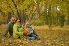 Familj i höstskog Royaltyfri Fotografi
