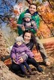 Familj i höstparken Arkivbild