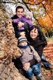 Familj i höstparken Royaltyfria Foton
