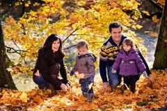 Familj i höstparken Arkivfoto