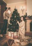 Familj i jul dekorerat hus Arkivbilder