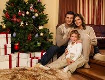 Familj i jul dekorerat hus Arkivfoto