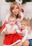 Familj i julkläder arkivbild