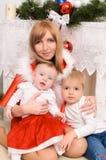 Familj i julkläder royaltyfri foto