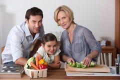 Familj i kök royaltyfri foto