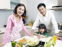 Familj i kök Arkivfoto