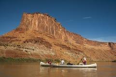 Familj i kanoter på ökenfloden Arkivfoto