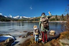 Familj i nationalpark f?r steniga berg i USA arkivfoto