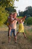 Familj i naturen som har den roliga fadern och hans dotter två royaltyfria foton
