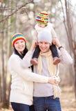 Familj i parken arkivfoton