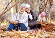 Familj i parken Royaltyfria Bilder