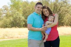 Familj i parkera Fotografering för Bildbyråer