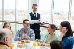 Familj i restaurang royaltyfri foto