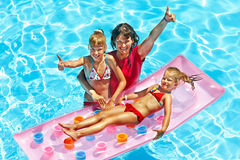Familj i simbassäng. arkivfoton