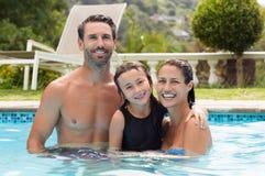 Familj i simbassäng Royaltyfri Bild