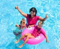 Familj i simbassäng Arkivfoton