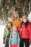Familj i snowen royaltyfria foton