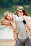 Familj i sommar på havet arkivbild