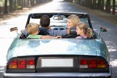 Familj i sportbil Arkivfoto