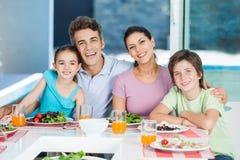 Familj i stort hus royaltyfria bilder