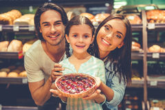 Familj i supermarket Arkivbilder