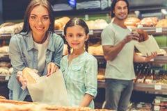 Familj i supermarket Royaltyfria Bilder