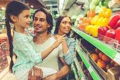 Familj i supermarket Arkivfoto