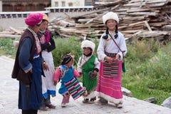 Familj i Tibet fotografering för bildbyråer