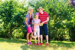 Familj i trädgård Royaltyfri Fotografi