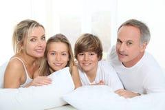 Familj i underlag royaltyfri foto