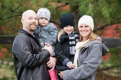 Familj i vintern Arkivbilder