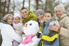 Familj i vinterpark Royaltyfri Bild