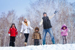 Familj i vinterparkl Royaltyfri Fotografi