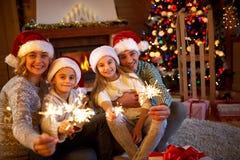 Familj, jul, ferier och folkbegrepp - lycklig moder, f Fotografering för Bildbyråer