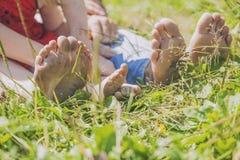 Familj, mamma, farsa och barn på naturen av tån, häl Arkivfoton