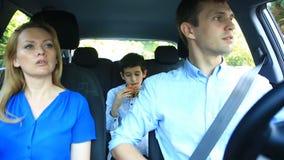 Familj, mammafarsa och sonridning i bilen, son som äter hamburgaren stock video